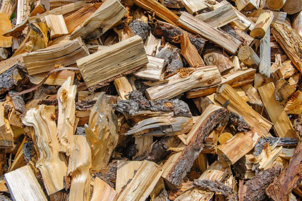 if you are looking for the best wood for smoking brisket you have to consider the best sizes. This picture shows cut up wood pieces